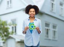 Szczęśliwa afro amerykańska kobieta nad domowym tłem Zdjęcia Royalty Free