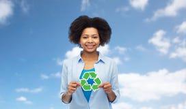 Szczęśliwa afro amerykańska kobieta nad niebieskim niebem Obraz Stock