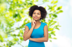 Szczęśliwa afro amerykańska młoda kobieta nad bielem Obrazy Royalty Free