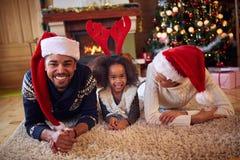 Szczęśliwa afro Amerykańska rodzina w bożych narodzeniach Zdjęcie Royalty Free