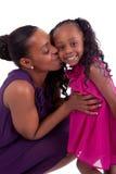 szczęśliwa afrykańska córka całowanie jej matka Obrazy Stock