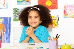 Szczęśliwa Afrykańska dziewczyna wpólnie siedzi trzyma ręki Zdjęcia Stock