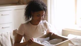 Szczęśliwa afrykańska kobieta dostarczał pakuneczek klient otrzymywa karton otwartego zbiory