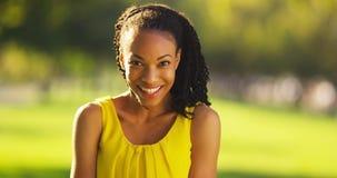 Szczęśliwa Afrykańska kobieta ono uśmiecha się w parku Zdjęcia Stock