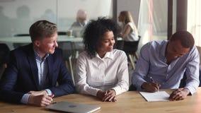 Szczęśliwa afrykańska para robi nieruchomości transakcji znaka hipoteki kontraktowi zdjęcie wideo