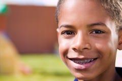 Szczęśliwa amerykanin afrykańskiego pochodzenia chłopiec z otwartymi rękami zdjęcia royalty free