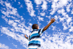 Szczęśliwa amerykanin afrykańskiego pochodzenia chłopiec z otwartymi rękami zdjęcie royalty free