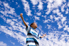 Szczęśliwa amerykanin afrykańskiego pochodzenia chłopiec z otwartymi rękami zdjęcia stock