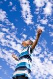Szczęśliwa amerykanin afrykańskiego pochodzenia chłopiec z otwartymi rękami fotografia royalty free