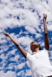 Szczęśliwa amerykanin afrykańskiego pochodzenia dziewczyna z otwartymi rękami obrazy stock