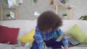 Szczęśliwa amerykanin afrykańskiego pochodzenia kobieta z afro fryzurą łapie spada banknoty zbiory wideo