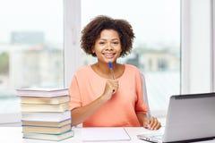 Szczęśliwa amerykanin afrykańskiego pochodzenia kobieta z laptopem w domu Fotografia Royalty Free