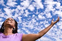 Szczęśliwa amerykanin afrykańskiego pochodzenia kobieta z otwartymi rękami zdjęcie stock