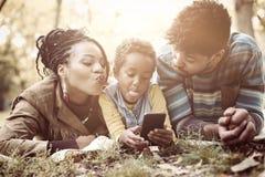 Szczęśliwa amerykanin afrykańskiego pochodzenia mała dziewczynka bierze jaźń obrazek w parku o zdjęcia stock