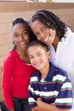 Szczęśliwa amerykanin afrykańskiego pochodzenia matka i jej dzieci Fotografia Royalty Free