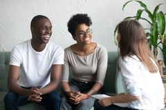 Szczęśliwa amerykanin afrykańskiego pochodzenia para przy pomyślnym wizyta psychologiem zdjęcia stock