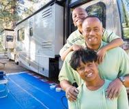 Szczęśliwa amerykanin afrykańskiego pochodzenia rodzina Przed Ich Pięknym RV zdjęcia stock