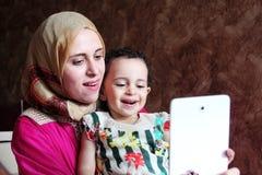 Szczęśliwa arabska muzułmańska matka z jej dziewczynką bierze selfie Zdjęcie Royalty Free