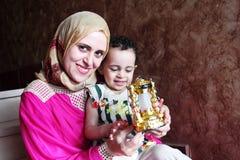 Szczęśliwa arabska muzułmańska matka z jej dziewczynką z Ramadan lampionem Obrazy Royalty Free