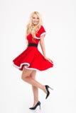 Szczęśliwa atrakcyjna młoda kobieta pozuje w czerwonym Santa Claus kostiumu Zdjęcie Royalty Free