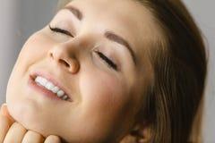 Szczęśliwa atrakcyjna młoda kobieta z perfect skórą obrazy stock