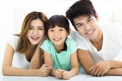 Szczęśliwa Atrakcyjna Młoda rodzina i mała dziewczynka zdjęcia royalty free
