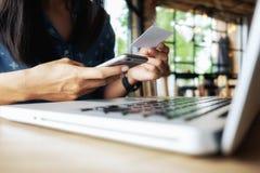 Szczęśliwa Azja kobieta robi robić zakupy, online use laptopu zakupy i Obrazy Royalty Free