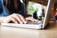 Szczęśliwa Azja kobieta robi robić zakupy, online use laptopu zakupy znalezisko promoci i i Zdjęcia Stock