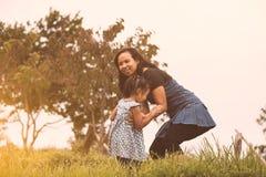 Szczęśliwa azjata matka i jej dzieciak bawić się wraz z zabawą Zdjęcia Royalty Free