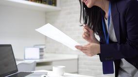 Szczęśliwa azjatycka biznesmenka wpisująca na laptopie podczas analizy statystyk w biurze zdjęcie wideo