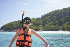 Szczęśliwa Azjatycka chłopiec jest ubranym snorkel i przygotowywa dla pływać w Phuket, Tajlandia obraz royalty free