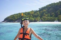 Szczęśliwa Azjatycka chłopiec jest ubranym snorkel i przygotowywa dla pływać w Phuket, Tajlandia fotografia royalty free