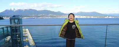 Szczęśliwa Azjatycka chłopiec Odwiedza Vancouver schronienia Wewnętrznego port z oczami Zamykającymi Cieszący się Fotografia Stock