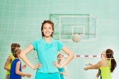 Szczęśliwa Azjatycka dziewczyna, siatkówka członek zaspołu w gym, obrazy royalty free