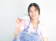 Szczęśliwa Azjatycka gospodyni domowa cieszy się domową pracę Obraz Stock