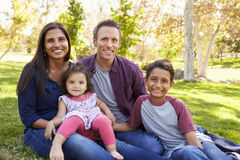 Szczęśliwa Azjatycka Kaukaska mieszana biegowa rodzina, portret w parku zdjęcia stock
