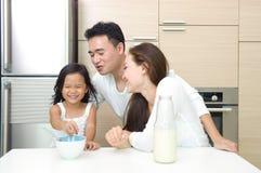 Szczęśliwa Azjatycka Rodzina Fotografia Stock