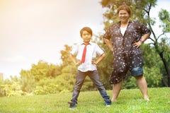 Szczęśliwa Azjatycka rodzina, matka z jej synem przy parkiem zdjęcie stock