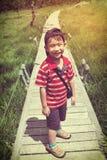 Szczęśliwa azjatykcia chłopiec relaksuje outdoors w dniu, podróż na vaca Obraz Stock