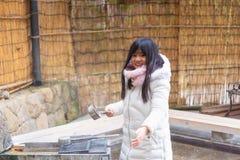 Szczęśliwa azjatykcia dziewczyna wewnątrz onsen obraz royalty free