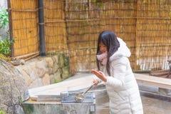 Szczęśliwa azjatykcia dziewczyna wewnątrz onsen zdjęcia royalty free