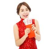 Szczęśliwa azjatykcia kobieta trzyma czerwoną kopertę z pieniądze Zdjęcia Stock