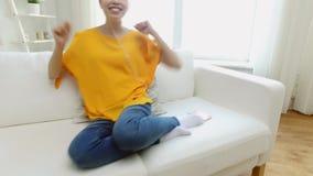 Szczęśliwa azjatykcia kobieta z smartphone i słuchawkami zdjęcie wideo