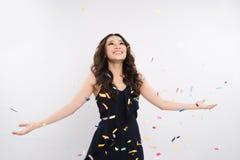 Szczęśliwa azjatykcia kobiety odświętność z confetti na białym tle Zdjęcia Royalty Free