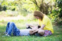 Szczęśliwa azjatykcia mama z śliczną chłopiec przy parkiem zdjęcie stock