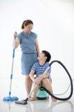 Szczęśliwa azjatykcia rodzina czyści pokój zdjęcie royalty free