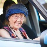 Szczęśliwa babci kobieta przy samochodem obraz royalty free