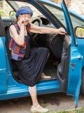 Szczęśliwa babci kobieta przy samochodem fotografia stock