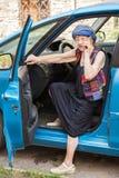 Szczęśliwa babcia przy samochodem obrazy royalty free