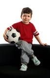 szczęśliwa balowa chłopiec siedzi piłkę nożną Obraz Stock